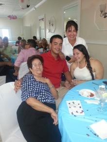 Anita Villa acompañada de su mami y su hija.