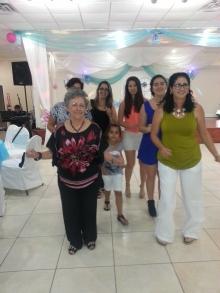 Nuestras mamas bailando.