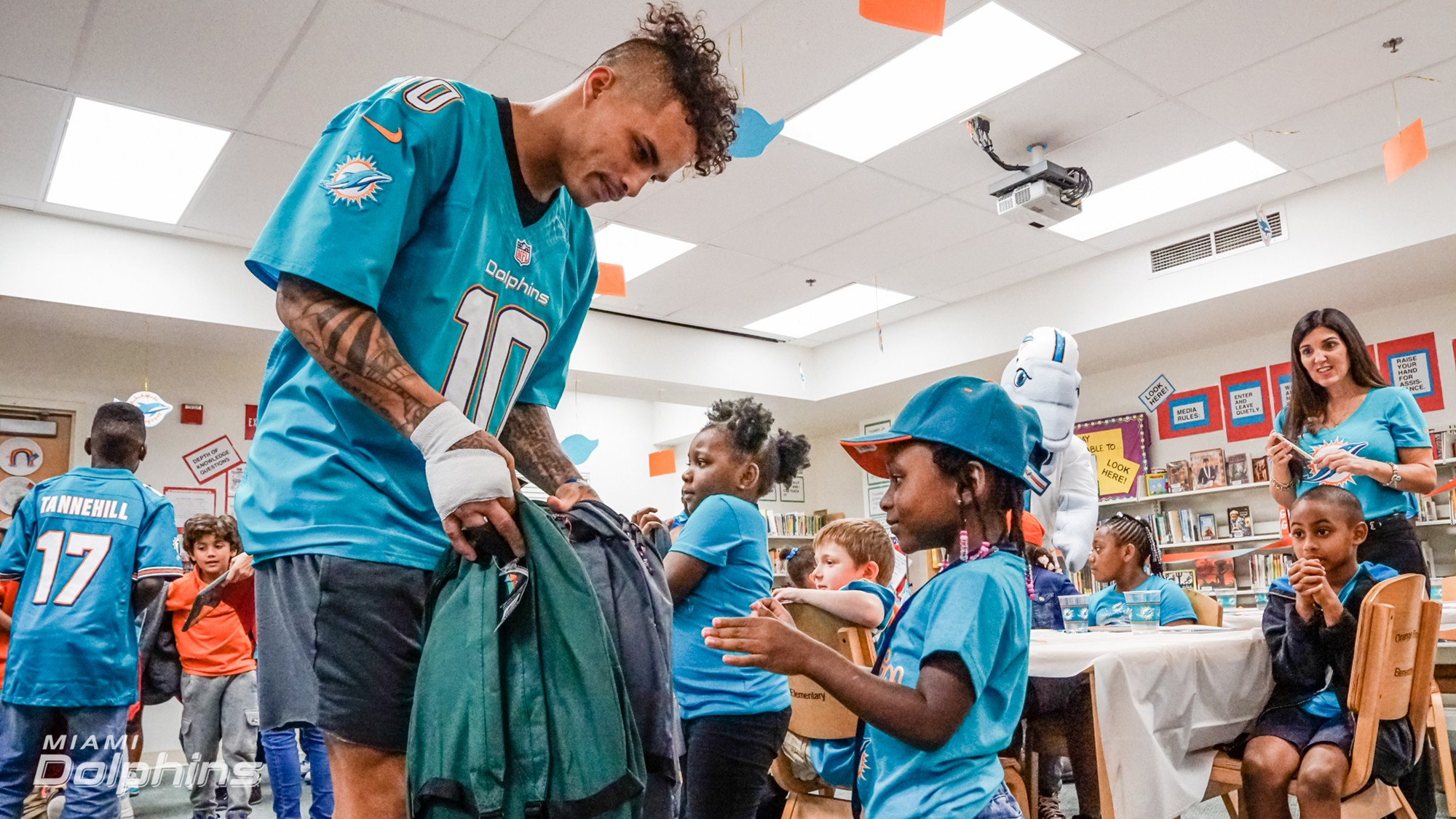 WR Kenny Stills passes out backpacks at Back to School Backpack Event