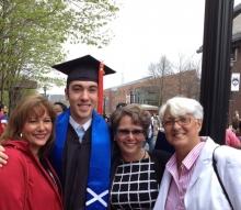 El talentoso joven Joseph Raver graduado UCONN University de Computer Science Engineering Degree en la foto aparece junto a sus tías.
