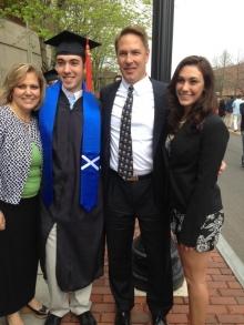 Joseph junto a sus padres y hermana. Felicitaciones de sus familiares.