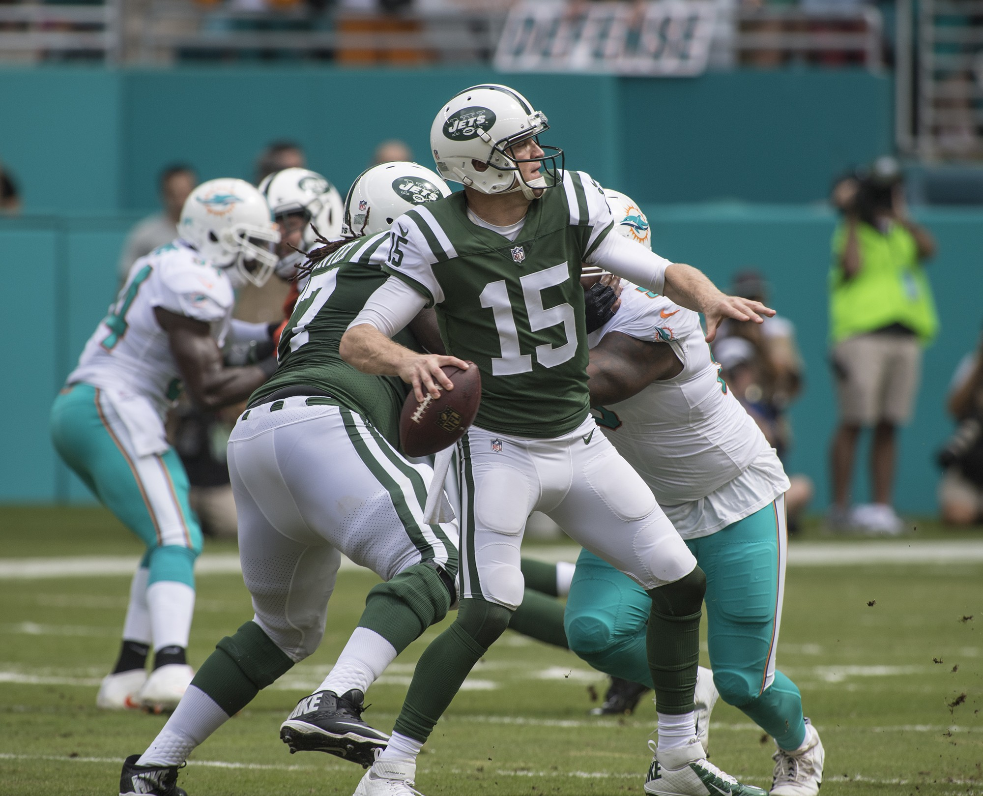 New York Jets quarterback Josh McCown (15) releases a pass in the 1st half play of an NFL football game on Sunday, Oct. 22, 2017, in Miami Gardens, Fla. The Miami Dolphins went on to defeat the New York Jets 31-28. (Donald Edgar/El Latino Digital)