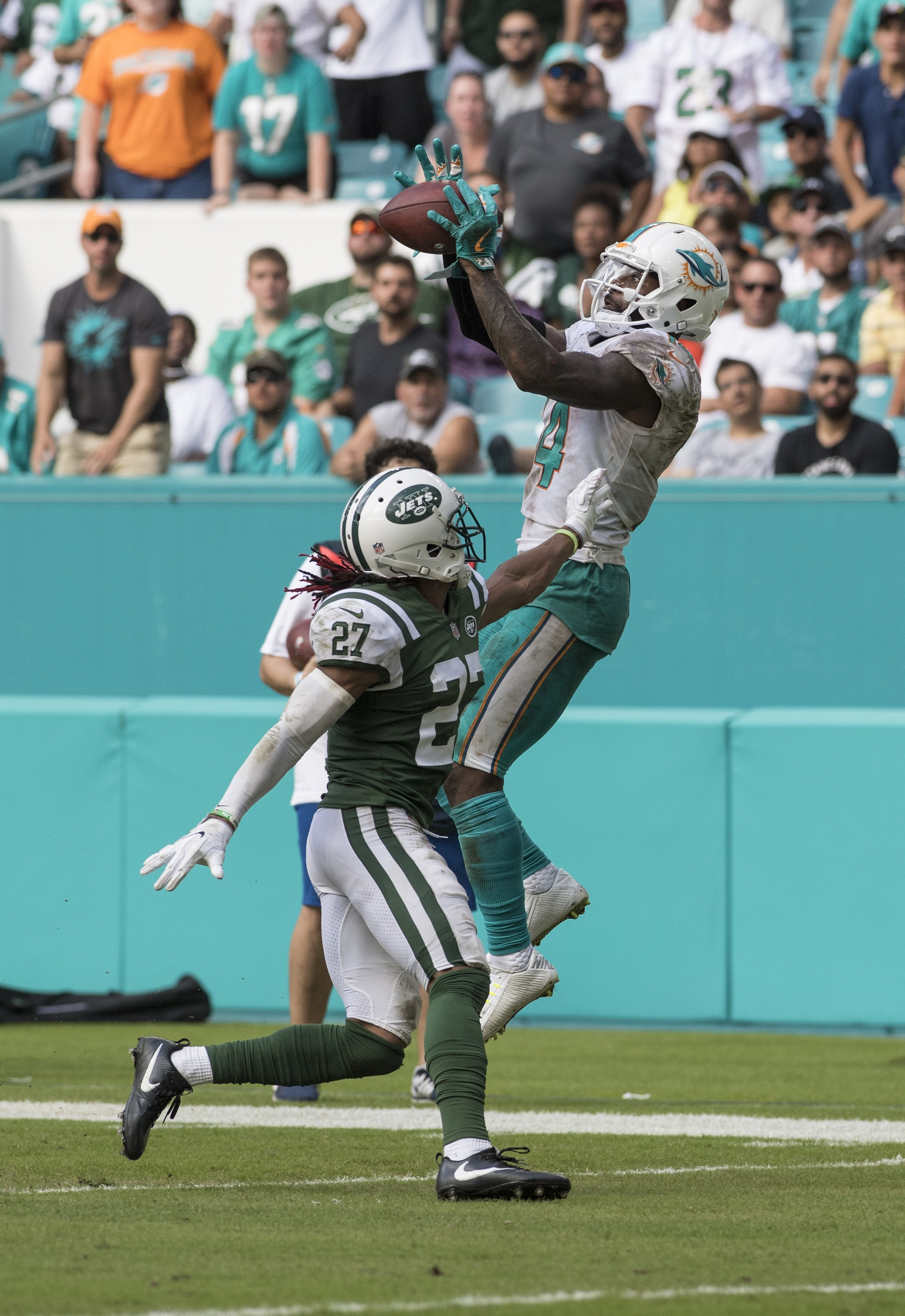 Miami Dolphins wide receiver Jarvis Landry (14) goes high for Matt Moore (8) pass as New York Jets cornerback Darryl Roberts (27) defends in the 4th qtr to give the Dolphins a 1st down of an NFL football game on Sunday, Oct. 22, 2017, in Miami Gardens, Fla. The Miami Dolphins went on to win 28-31.(Donald Edgar/El Latino Digital)
