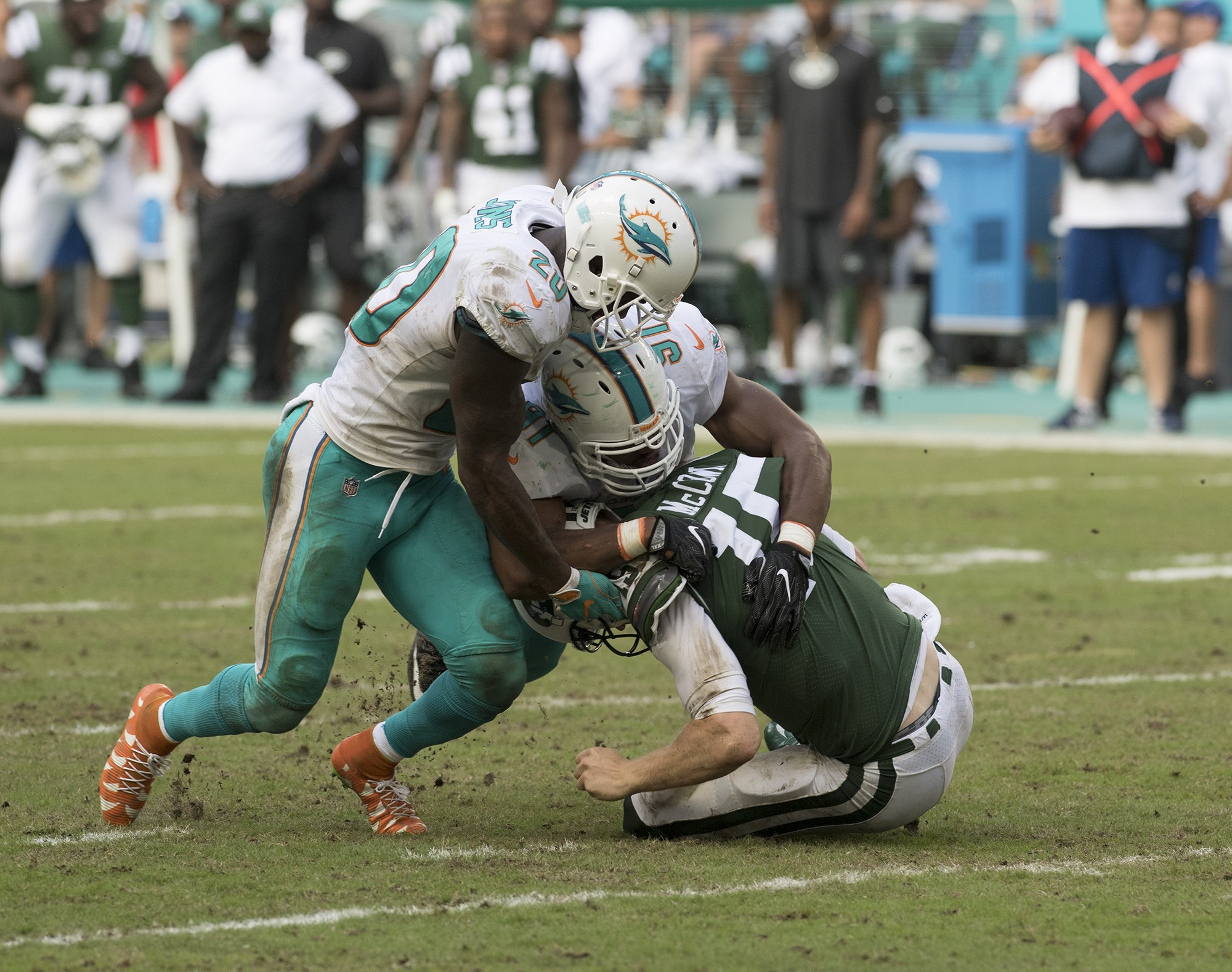 New York Jets quarterback Josh McCown (15) is sacked for a loss by Miami Dolphins defensive end Cameron Wake (91) and Miami Dolphins free safety Reshad Jones (20) during 2nd half play of an NFL football game on Sunday, Oct. 22, 2017, in Miami Gardens, Fla. The Miami Dolphins went on to defeat the New work Jets 28-31.(Donald Edgar/El Latino Digital)