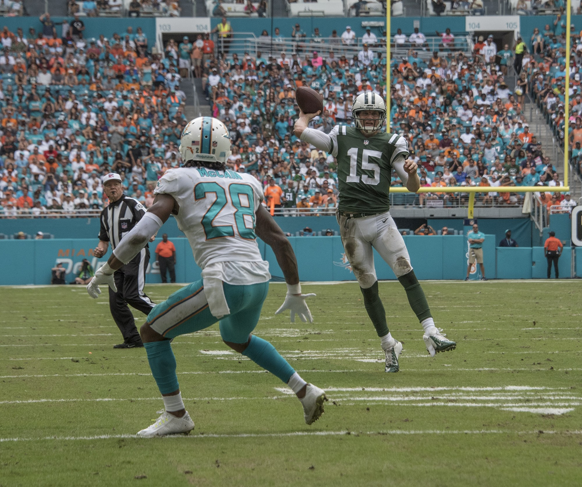New York Jets quarterback Josh McCown (15) releases a pass for a touchdown to New York Jets tight end Austin Seferian-Jenkins (88) as Miami Dolphins cornerback Bobby McCain (28) defends during 2nd half play of an NFL football game on Sunday, Oct. 22, 2017, in Miami Gardens, Fla. The Miami Dolphins went on to defeat the New York Jets 28-31.(Donald Edgar/El Latino Digital)