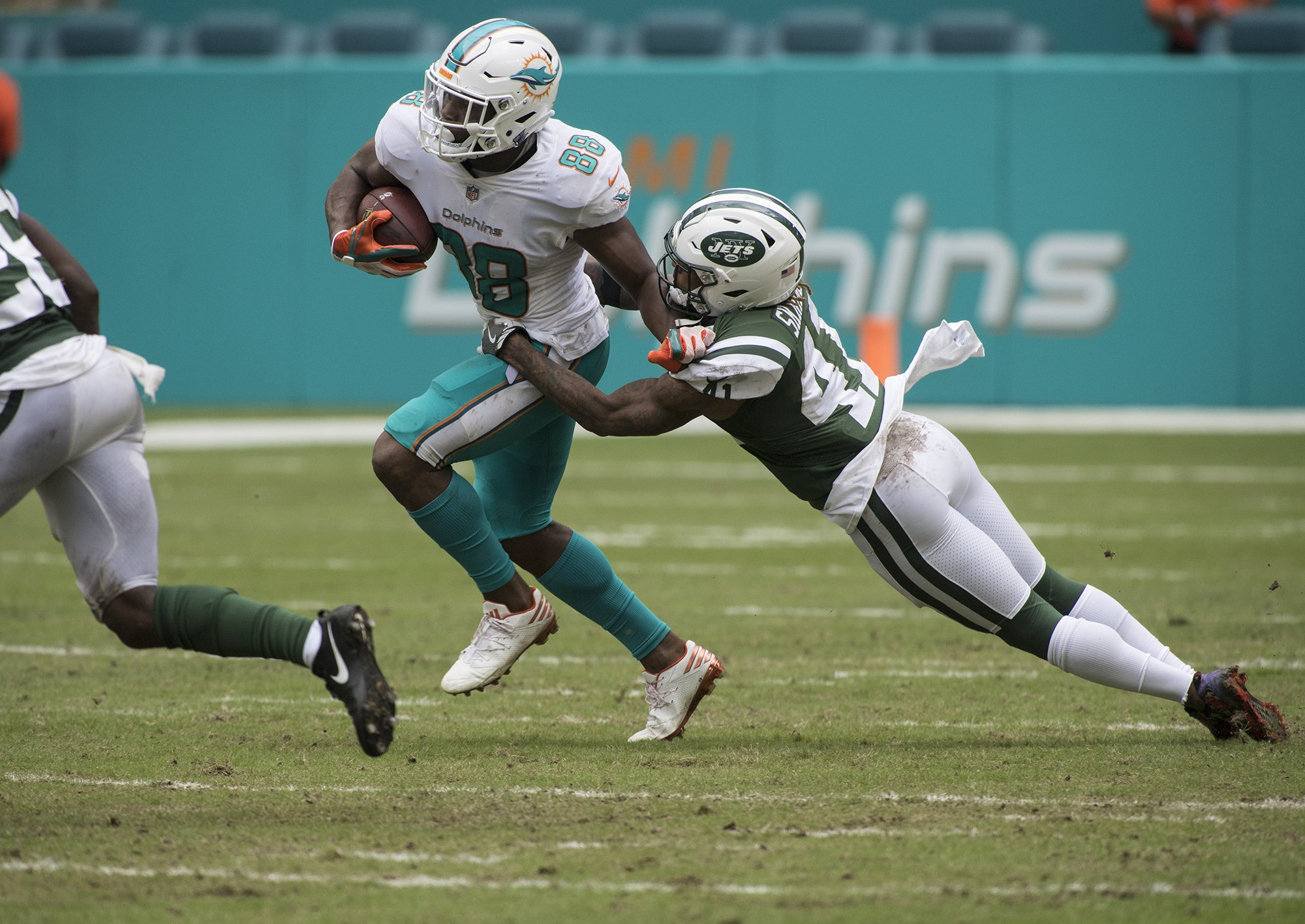 New York Jets cornerback Buster Skrine (41)defends as Miami Dolphins wide receiver Leonte Carroo (88) advances the ball after a 2nd half play of an NFL football game on Sunday, Oct. 22, 2017, in Miami Gardens, Fla. The Miami Dolphins went on to defeat the New York Jets 28-31.(Donald Edgar/El Latino Digital)