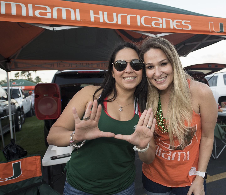 Julia Quintero y Lya Gavlion con graduados de la UM 2008 antes de un partido de fútbol de la NCAA entre Notre Dame Dame y la Universidad de Miami el sábado 4 de noviembre de 2017 en Miami Gardens, Florida. (Donald Edgar / El Latino Digital)