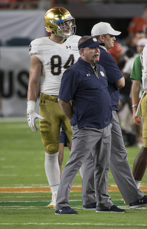 Notre Dame Fighting El entrenador en jefe irlandés Brian Kelly mira durante el prejuego de un partido de fútbol de la NCAA el sábado 11 de noviembre de 2017 en Miami Gardens, Florida. Los Hurricanes derrotaron a Norte Dame 41-8 para permanecer invictos. (Donald Edgar / El Latino Digital)