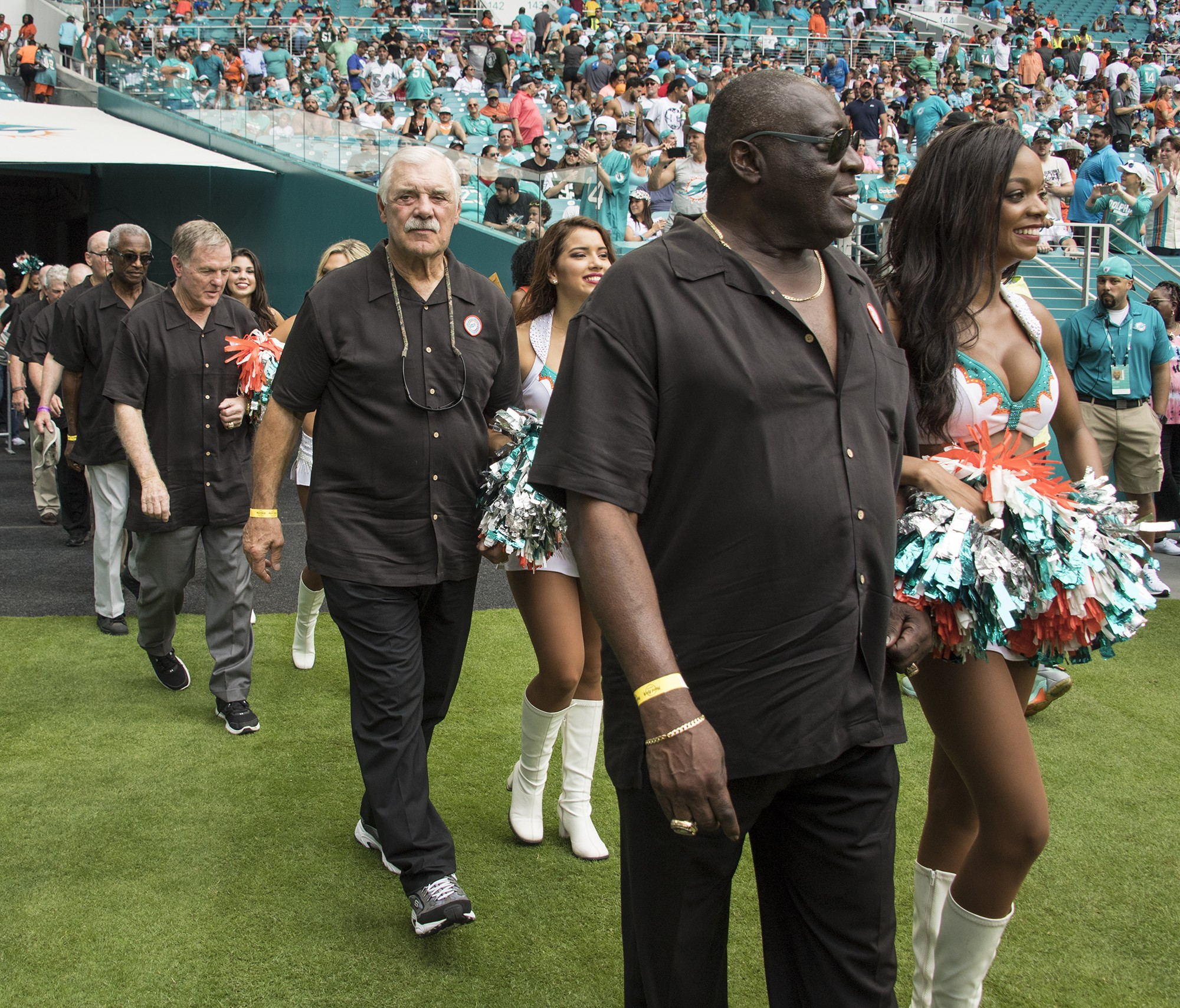 Members of the Perfect 72 Dolphins team are escorted onto the field during half time ceremonies of an NFL football game on Sunday, Oct. 22, 2017, in Miami Gardens, Fla. (Donald Edgar/El Latino Digital)