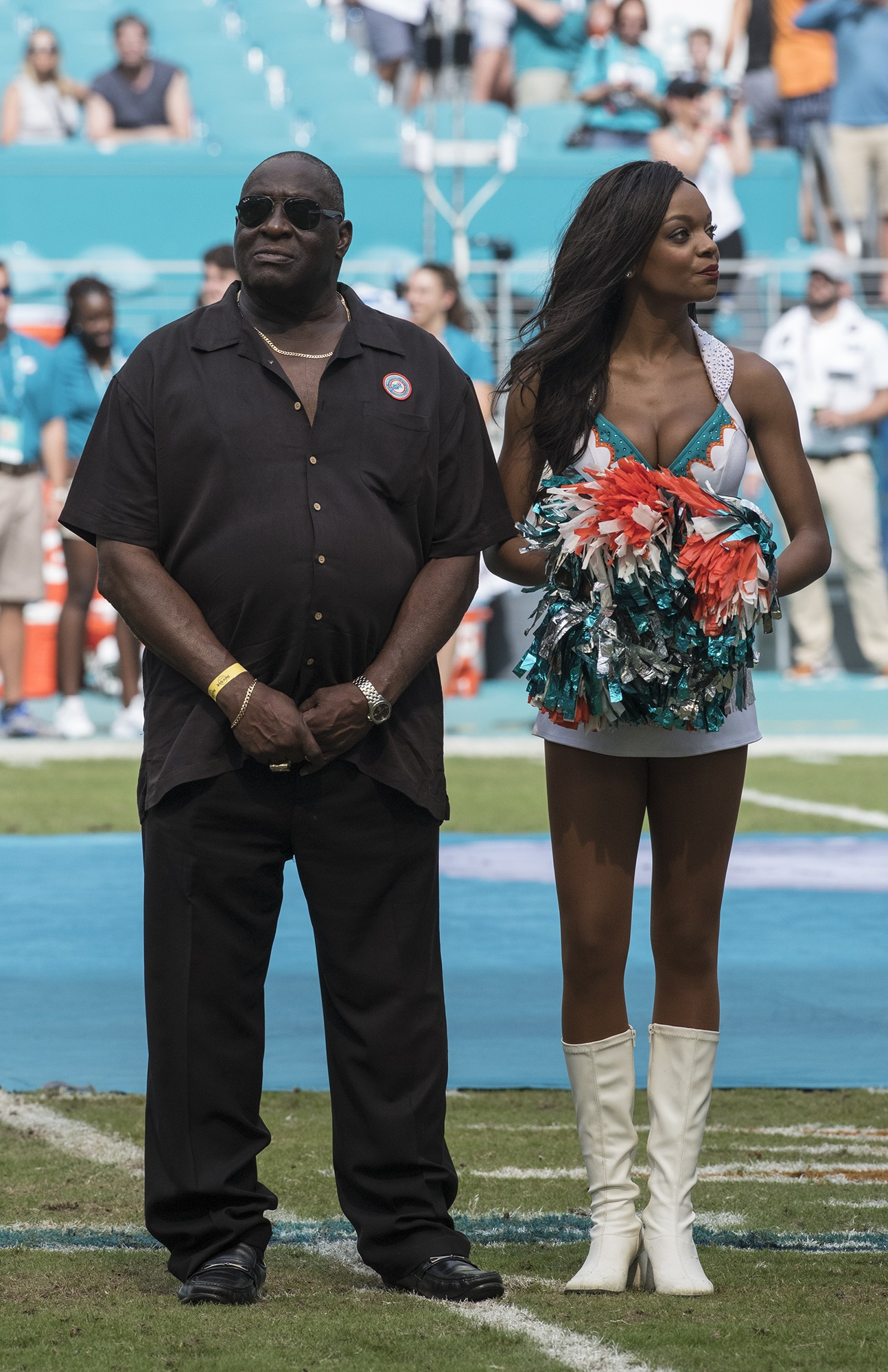 Perfect 72 and Hall of Fame member Larry Little looks at the big screen as he and the Perfect 72 team are honored during half time of the New York Jets and Miami Dolphins game on Sunday, Oct. 22, 2017, in Miami Gardens, Fla. (Donald Edgar/El Latino Digital)
