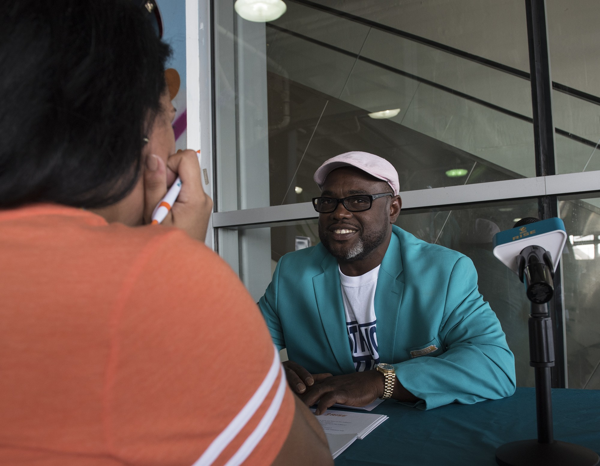 Miami Dolphins Alumni Mark Duper (1982-1992)talks with Laura Martinez of Adults Mankind before the Jets Dolphins game on Sunday, Oct. 22, 2017, in Miami Gardens, Fla. (Donald Edgar/El Latino Digital)