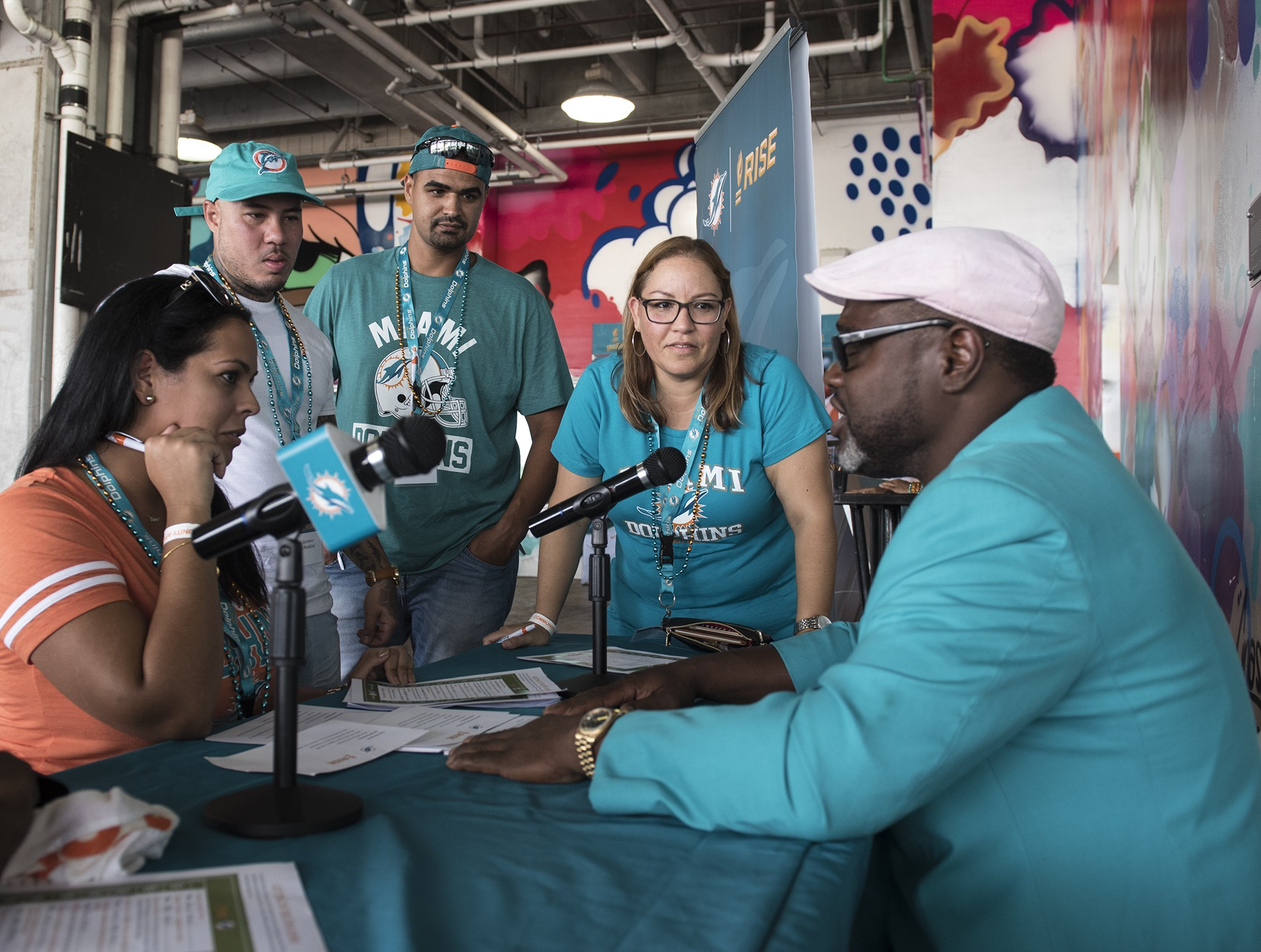 Miami Dolphin Alumni Mark Duper (1982-1992) talks with Laura Martinez, Rene Quintero, Alejandro Martinez, and Alicia Castillo of the Adults Mankind Organization from Miami NFL football game on Sunday, Oct. 22, 2017, in Miami Gardens, Fla. (Donald Edgar/El Latino Digital)