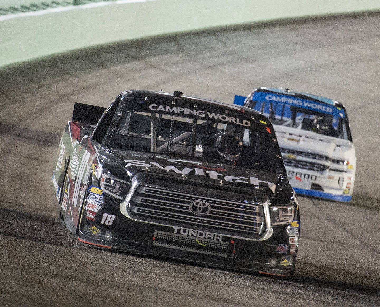 El conductor de Camping World Truck Series Noah Gragson (18) durante la Camping World Truck Series 2017 en Homestead Motor Speedway en Homestead, Florida, el viernes 17 de noviembre de 2017. El piloto de Camping World Truck Series Chase Briscoe (29) ganó la carrera y acampó. El piloto de World Truck Series Christopher Bell (4) ganó el Campeonato de la Serie de Camionetas. (Donald Edgar / El Latino Digital)