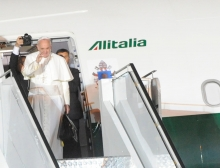 Pope_Francis_boarding_the_plane_that_will_take_him_to_Rome_after_WYD_2013