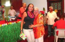 La Hnas. Irene Sobrino Rodriguez y Blanca Gonzalez de la Logia Sara Salzhaver #150, al fondo varios Hermanos de la Orden Caballero de la Luz.