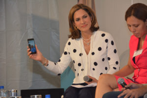 La presentadora de noticias María Elvira Salazar que muestra la conexión en vivo directamente desde Santiago de Cuba a la conferencia CIF que se celebró en en el distrito Wynwood, de Miami.