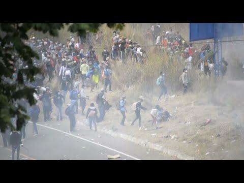 Policía guatemalteca reprende con violencia a una caravana migrante